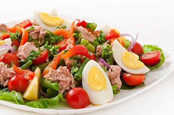 """Салат """"Нисуаз"""" с маринованным тунцом """"Блю фин"""", перепелиным яйцом, микс салатов и соусом """"Нисуаз"""""""