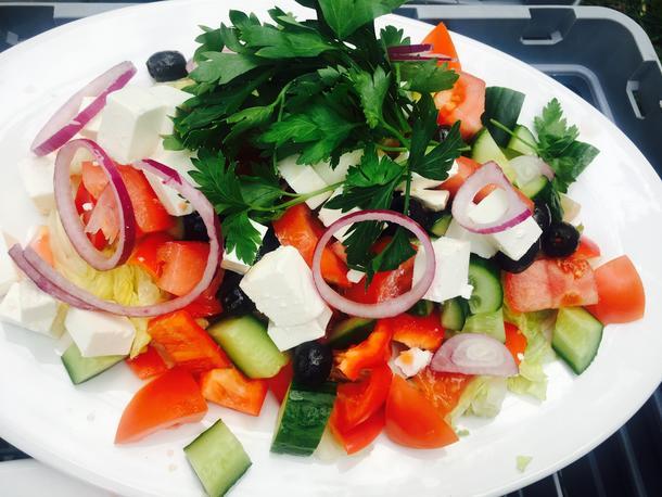 Салат греческий с красным луком и спелыми томатами