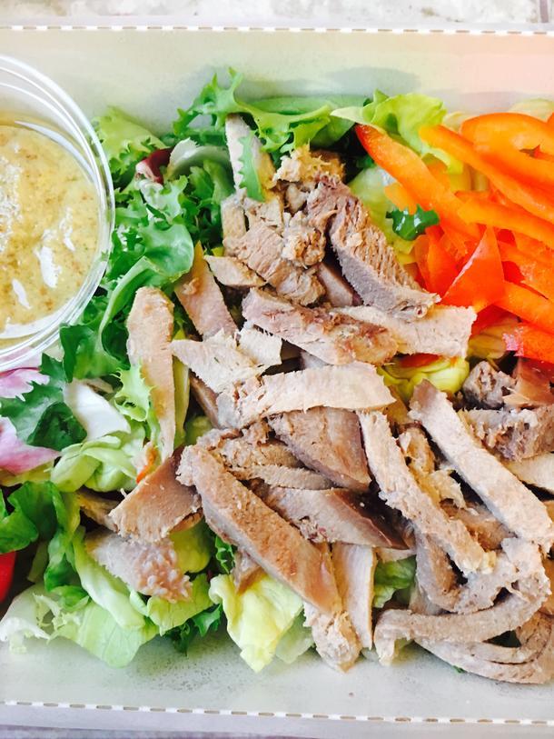 Салат с языком и миксом зелёных салатов и овощей с горчичным соусом