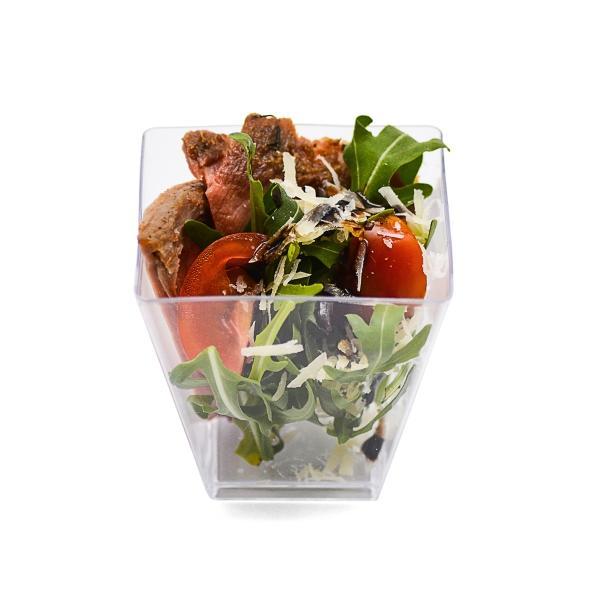 Салат с Ростбифом, помидорами черри, рукколой, обжаренным баклажаном и цукини с соусом «порто» и крем-бальзамиком