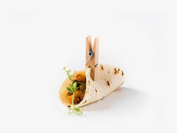 Мини тако с куриным филе и овощами под пряным соусом