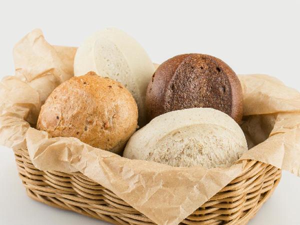 Хлебная корзина с французскими булочками и багетом