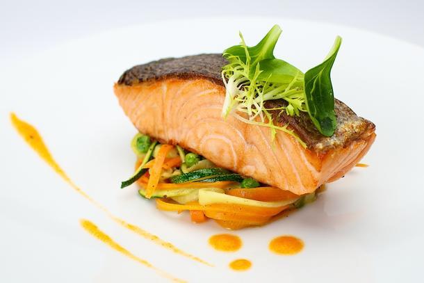 Мини стейк из красной рыбы на подушке из овощей