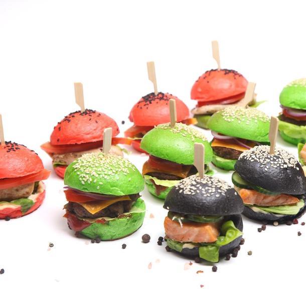 Мини бургер черный со свиной котлетой, сыром, листом салата, пряным соусом и свежим томатом