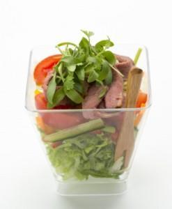 Салат с телятиной с зеленой оливой, томатами черри и каперсами с сыром пармезан