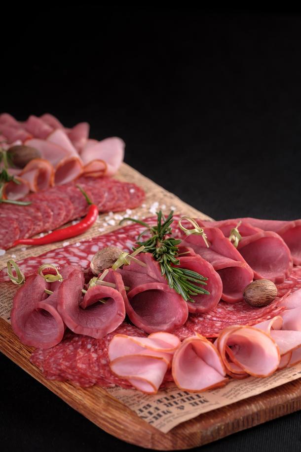 Мясная нарезка (колбаса т/к, карбонат, говядина, грудинка подается с томатами и огурцами)