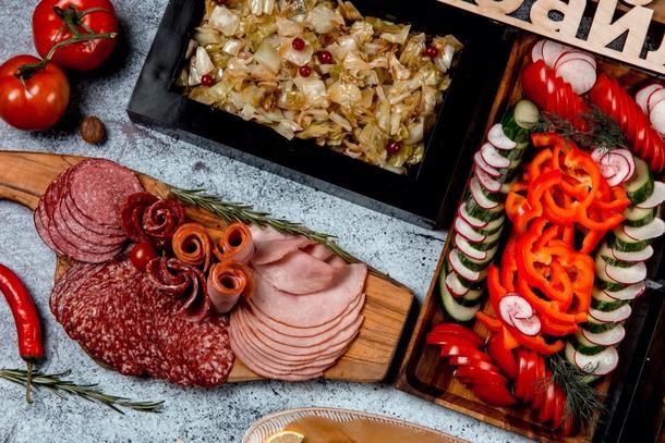 Мясное ассорти (пряная свинина, ростбиф, куриный рулет, язык отварной подается с хреном и горчицей)