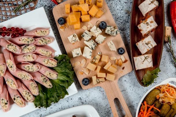 Сырное ассорти (состоит из 4 х видов сыра подается с орехами и медом)
