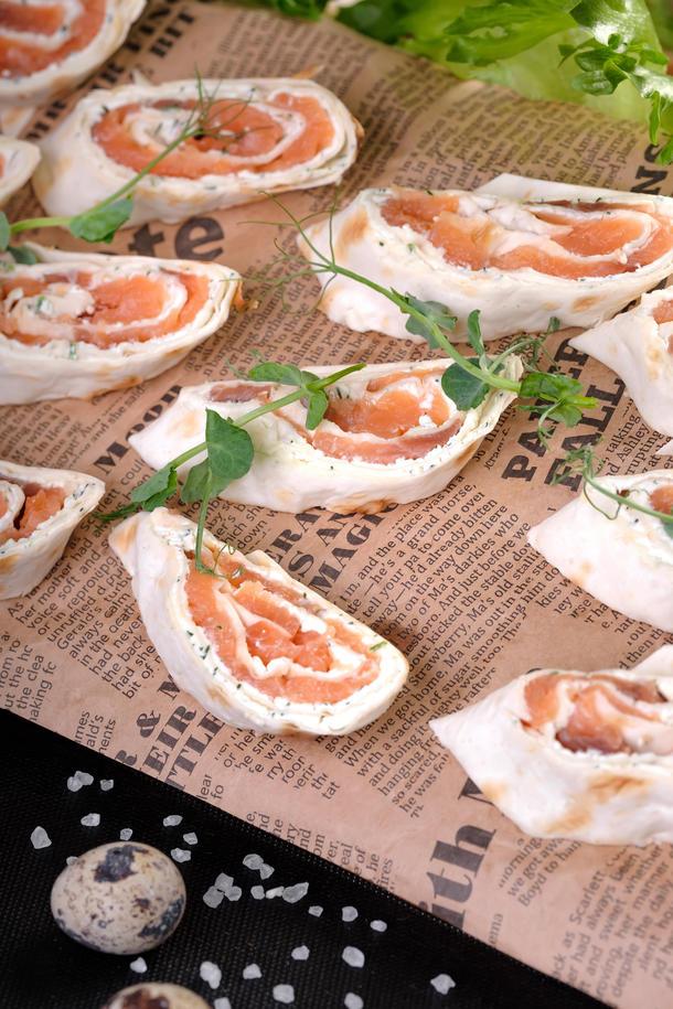 Спринг-ролл из пшеничной лепешки с копченой рыбкой и сливочным сыром