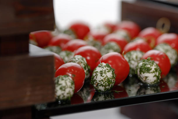 Канапе томаты с зеленью и моцареллой и укропом
