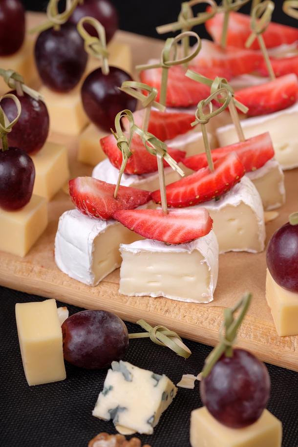 Канапе Сыр с клубникой