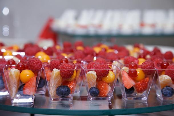 Канапе фруктовое (малина,физалис,голубика,клубника)