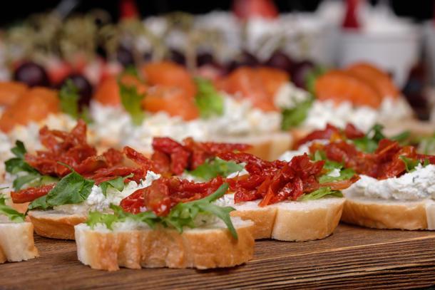 Брускетты классические творожные с вялеными томатами