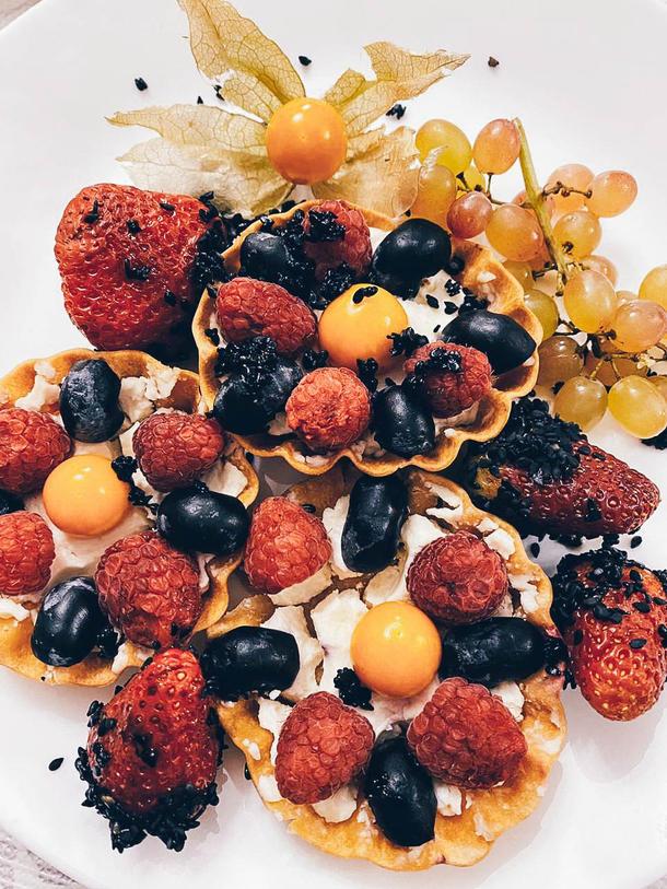 Мини-корзинки с кремом и ягодами