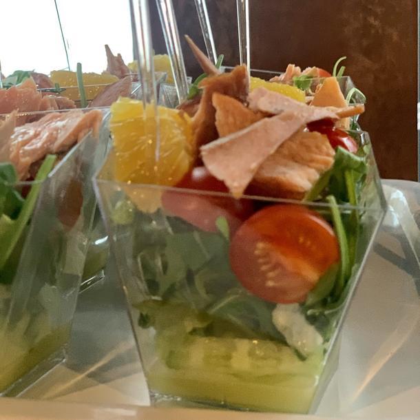 Салат с дальневосточным лососем горячего копчения и лимонным дрессингом