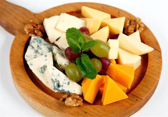 Ассорти сыров с медом и фруктами