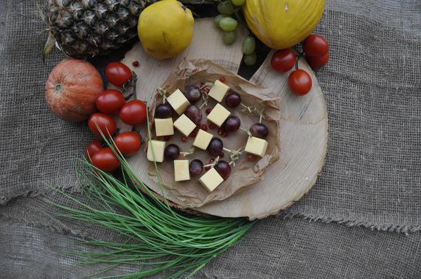 Канапе из сыра и кусочка фрукта (виноград,ананас,дыня)